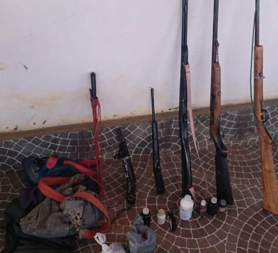 PM de Malhada de Pedras e Guajeru apreendem armas usadas por homem para ameaçar a esposa