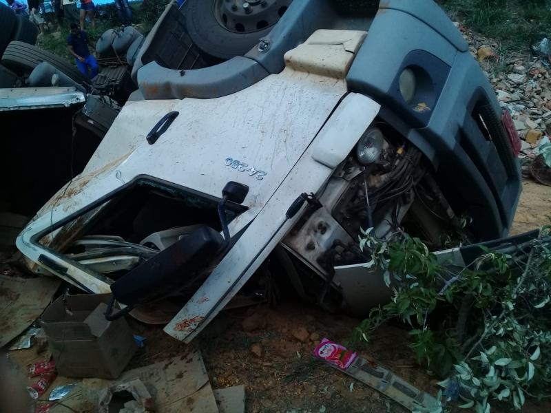 Motorista morre em capotamento de caminhão na BA-142, entre Ituaçu e Barra da Estiva