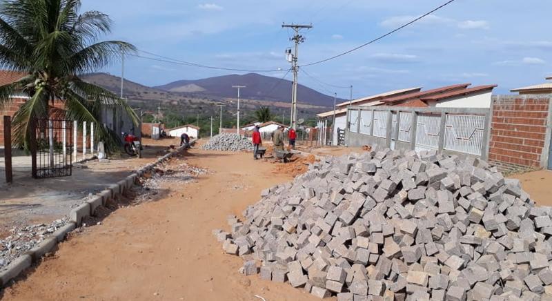 Brumado: Distrito de Itaquaraí e povoado de Lagoa Funda recebem obras de pavimentação
