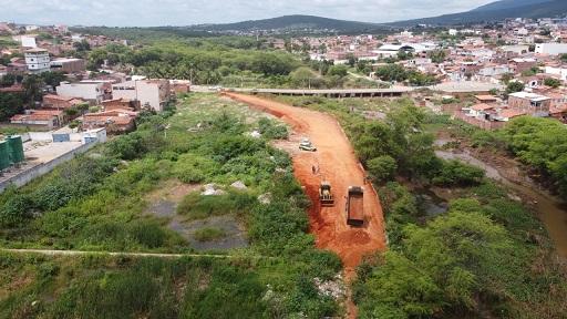 Após abordagem, PRF apreende na cabine de caminhão dezenas de pistolas, carregadores 2.000 munições e drogas