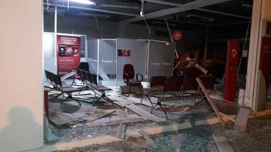 Quadrilha atira contra pelotão da PM e destrói com explosões único banco de uma cidade na BA