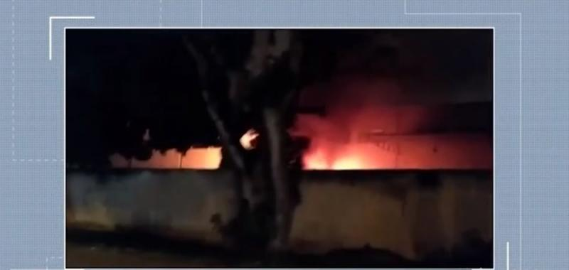 Incêndio atinge veículos em agência de distribuição dos Correios em Vitória da Conquista