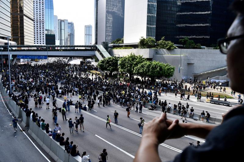 Greve geral e protestos em Hong Kong provocam o caos nos transportes públicos; governo promete reação
