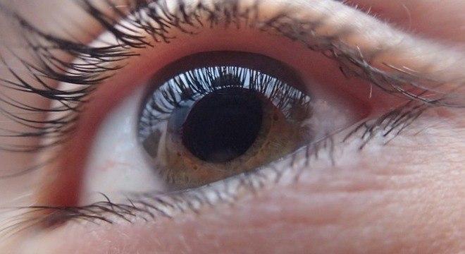 Cientistas criam lentes de contato robóticas que dão zoom ao piscar
