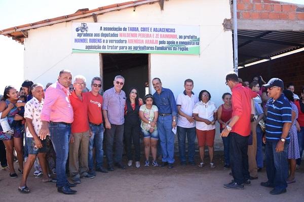 Agricultores de Palmas de Monte Alto recebem trator agrícola