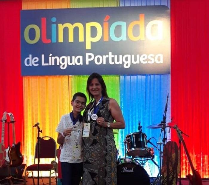 Brumado: Aluno da Escola Clarice Morais participa da semifinal da Olimpíada de Língua Portuguesa e conquista medalha de prata no concurso