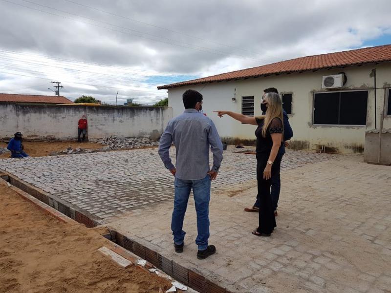Prefeita acompanha obras de reforma e ampliação do Centro de Saúde de Malhada de Pedras