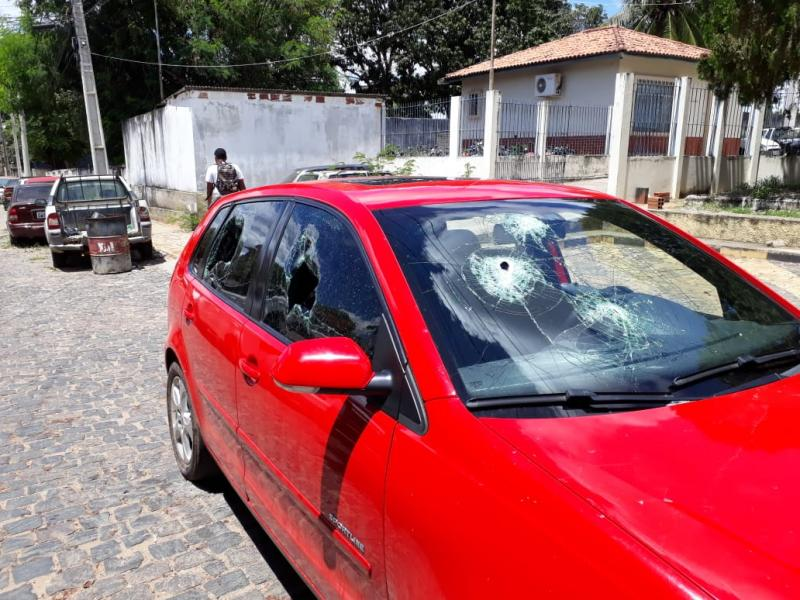 Carro de prestador de serviço da prefeitura de Brumado é danificado à marteladas na Urbis I