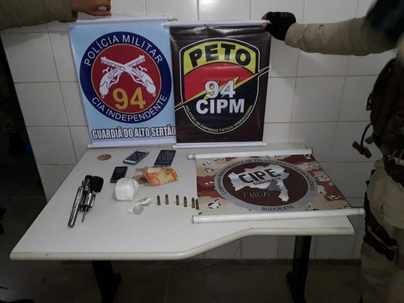 Duas pessoas são presas transportando Maconha e Cocaína de Caculé para Caetité; uma arma foi apreendida