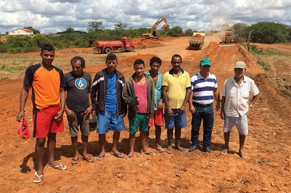Presidente da Câmara de Tanhaçu, Tõe Brito, comemora construção de barragem na zona rural