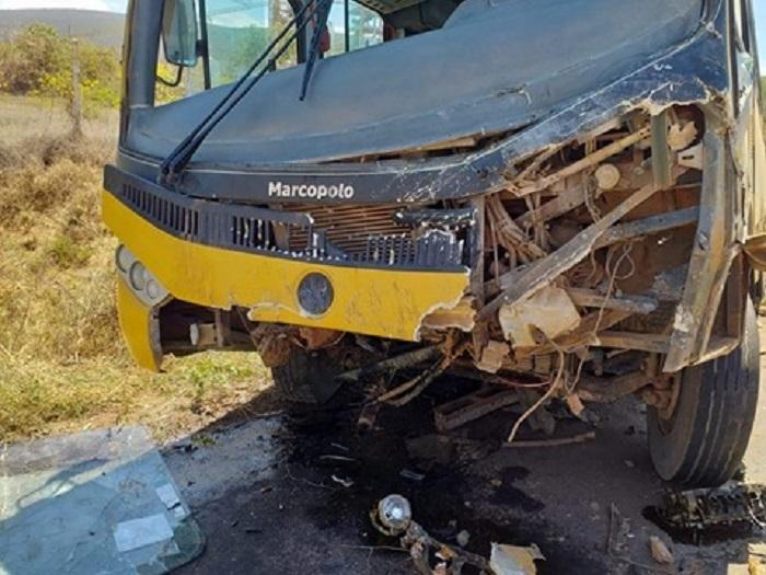 BA-142: Batida entre ônibus e carro de passeio deixa uma vítima fatal, trecho entre Tanhaçu e Ituaçu