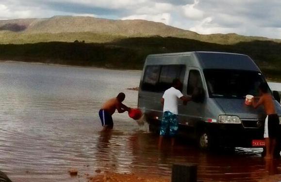 Internauta flagra Van sendo lavada dentro da Barragem que abastece Livramento e Rio de Contas