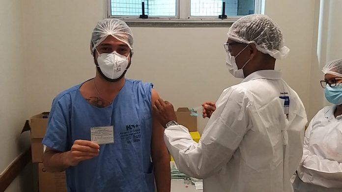 Bahia vacina mais de 100 mil baianos contra Covid-19