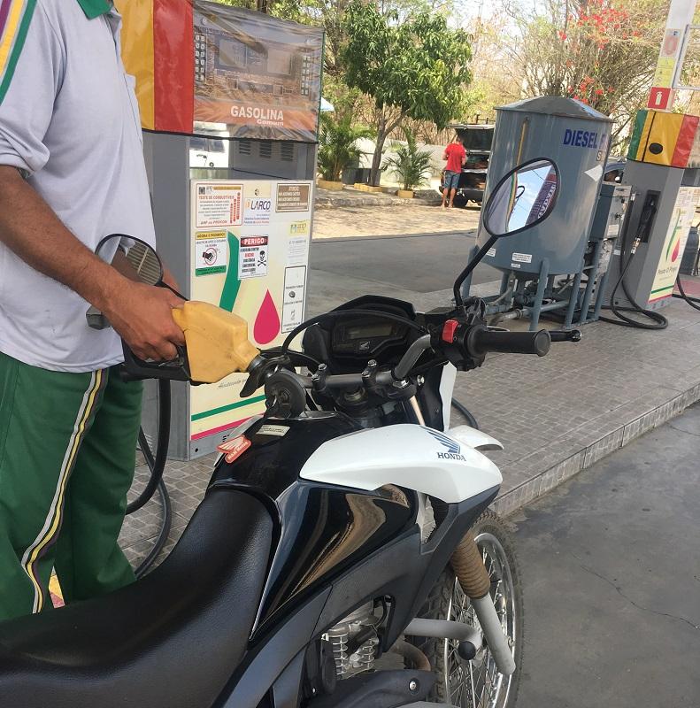 Petrobras anuncia redução de 6,2% no preço da gasolina na refinaria a partir de quarta