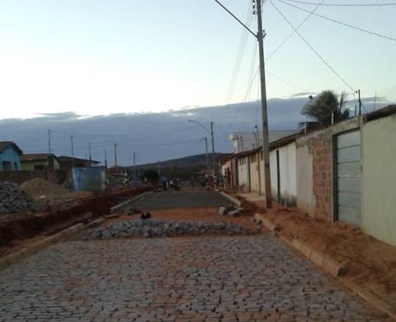 Malhada de Pedras: Diversas ruas do Bairro Populares II recebem obras de pavimentação