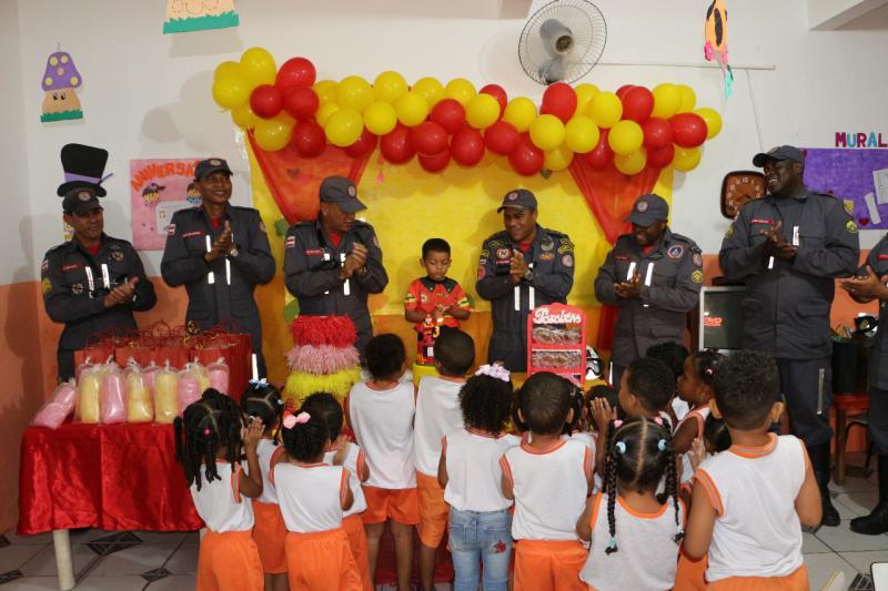 Bombeiros Militares realizam sonho de menino de quatro anos na Bahia
