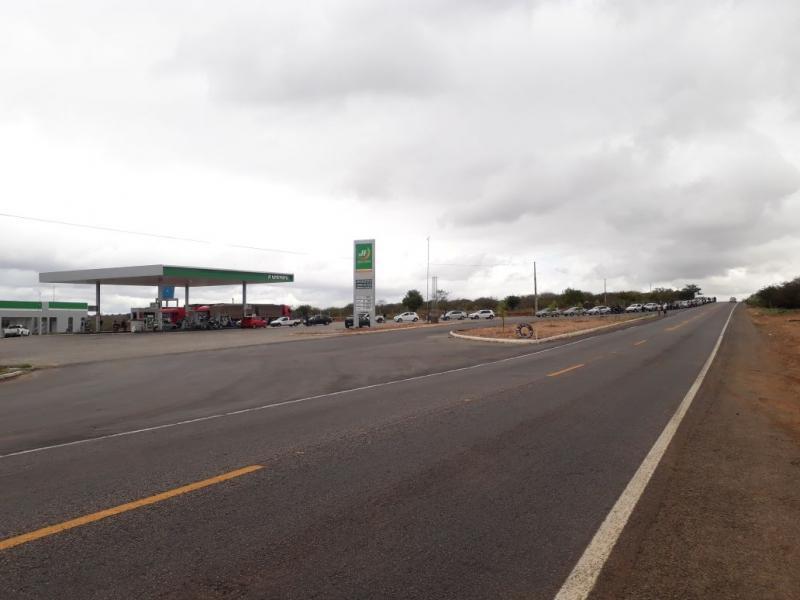 Único posto com combustíveis em Brumado tem fila gigante para abastecimento