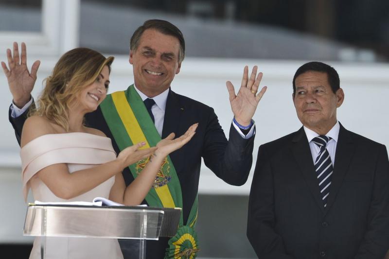 Michelle Bolsonaro quebra protocolo e discursa em libras no Parlatório