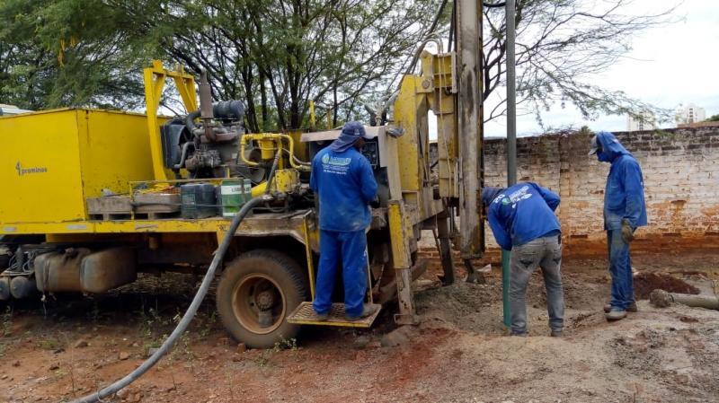Empresa doa poço artesiano para Fadesb de Brumado