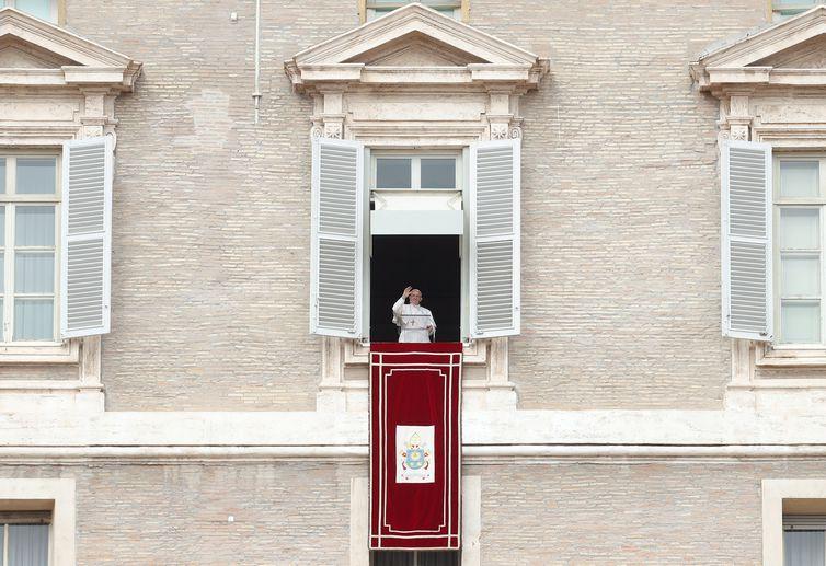 Durante discurso, Papa Francisco pede a estudantes que deixem o vício do celular