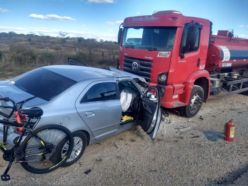 Veículo colide de frente com caminhão parado entre Sussuarana e Contendas do Sincorá