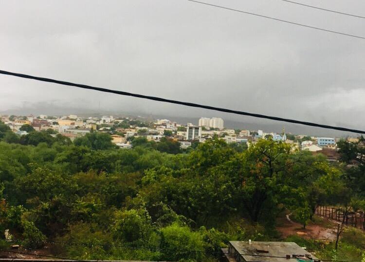 Chuva chega com intensidade em Brumado e tempo deve permanecer chuvoso durante a semana