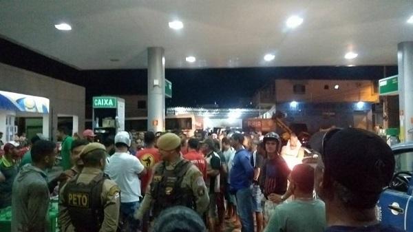 Confusão: Manifestantes interceptam caminhão que faria possível abastecimento de posto de Livramento e fazem escolta até bloqueio