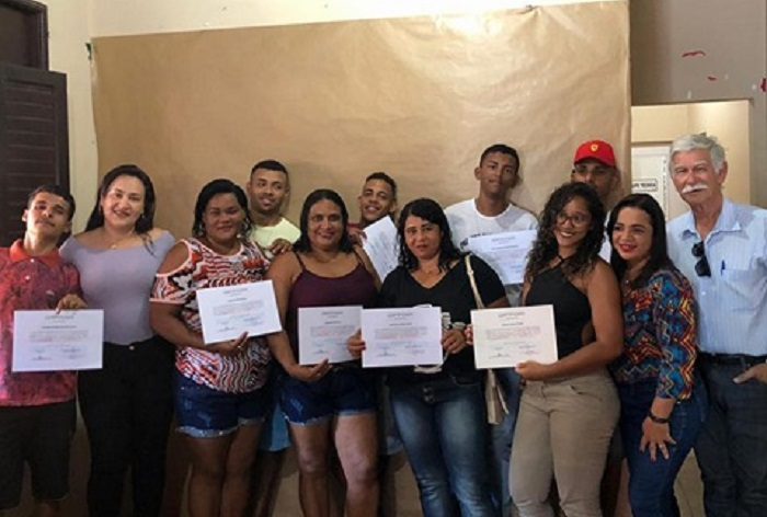 Prefeitura de Brumado certifica mães e adolescentes que participaram de Oficina Semiprofissionalizante de corte masculino e Feminino