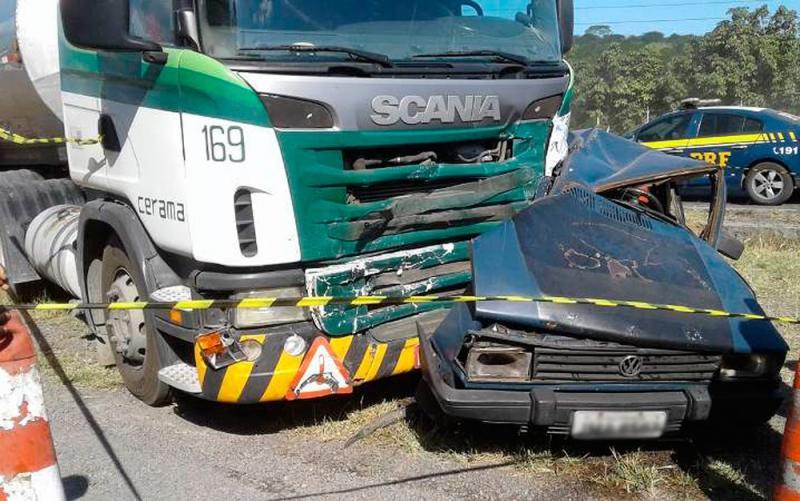Acidente entre carretas e carro deixa seis mortos na BR-116, na Bahia