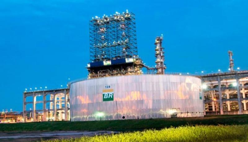 Após semana com preço estável, Petrobras volta a baixar gasolina nas refinarias