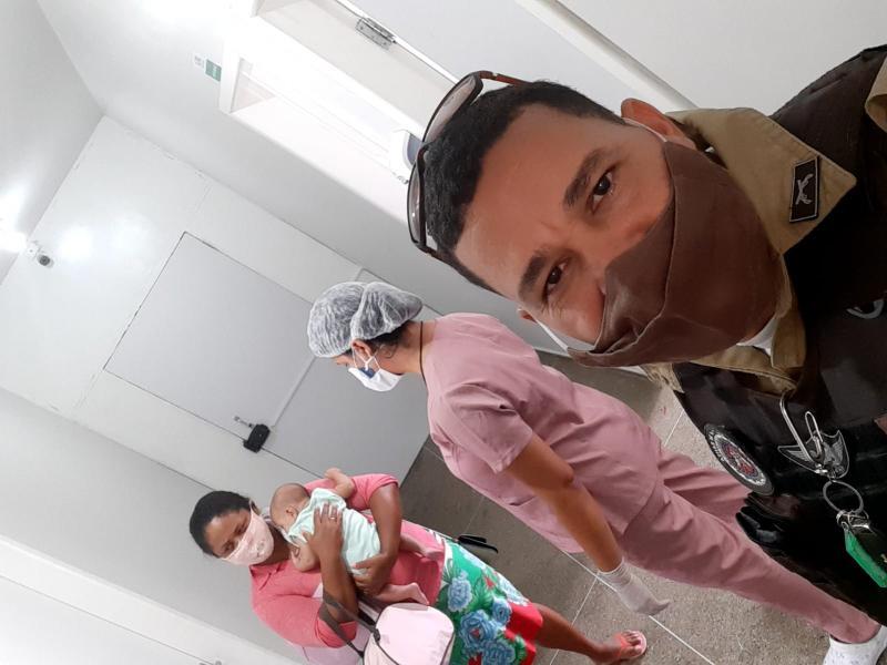 Bebê engasga com leite e é salva por policiais no sul da Bahia