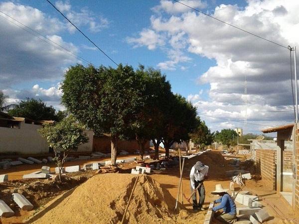 Malhada de Pedras: Prefeitura realiza calçamento em ruas do município e solicita demais benefícios para a população