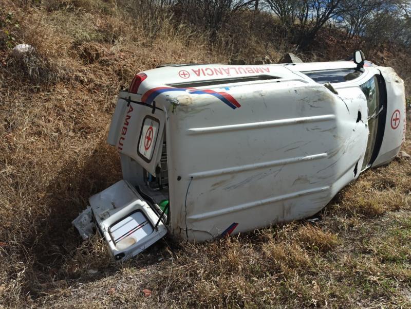Paciente morre após ambulância que seguia para Brumado capotar na BA-148