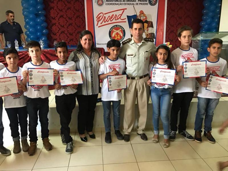 Prefeita de Aracatu participa da formatura de alunos do Programa de Resistência às Drogas (PROERD)