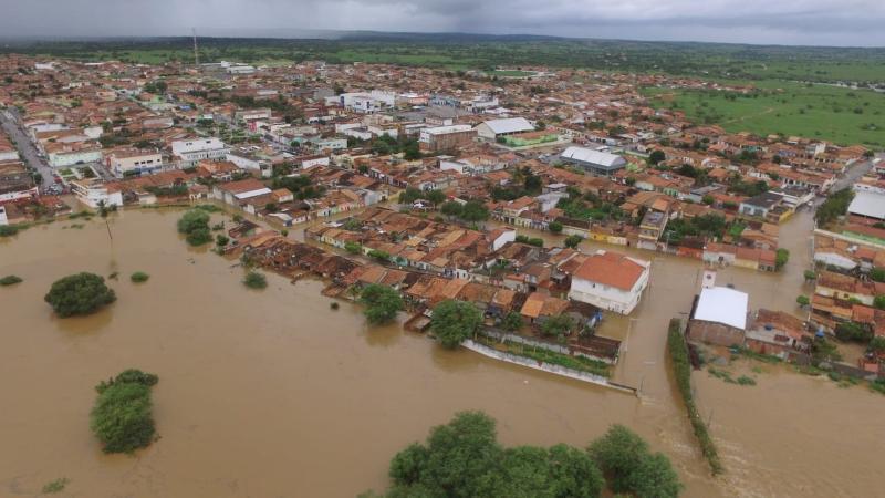 Cerca de 100 famílias ribeirinhas estão desalojadas após água de barragem invadir cidades na Bahia