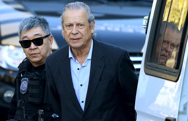José Dirceu se entrega a polícia e vai para a Penitenciária da Papuda