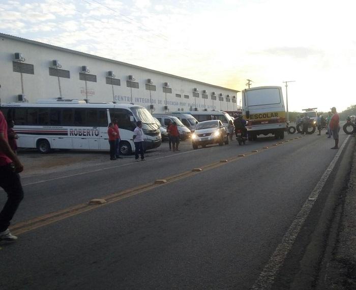 Motoristas do transporte alternativo realizam protesto na Vila Presidente Vargas na manhã de hoje, 20, em Brumado