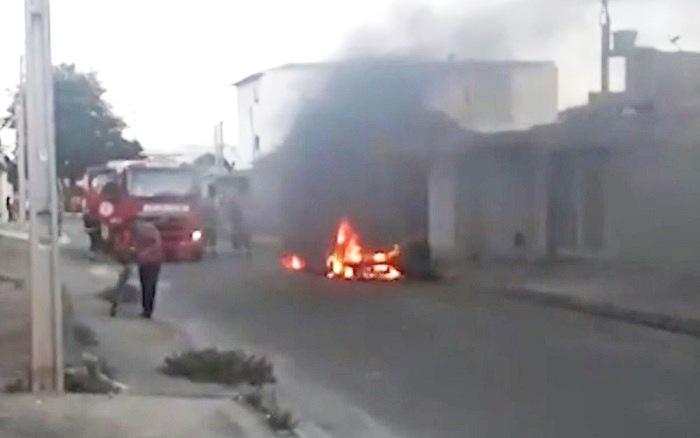 Vitória da Conquista: Ambulância fica destruída após pegar fogo e motorista sai ileso