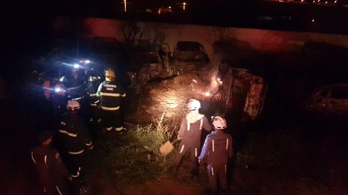 Corpo de Bombeiros debelam incêndio que atingiu vários veículos em Vitória da Conquista