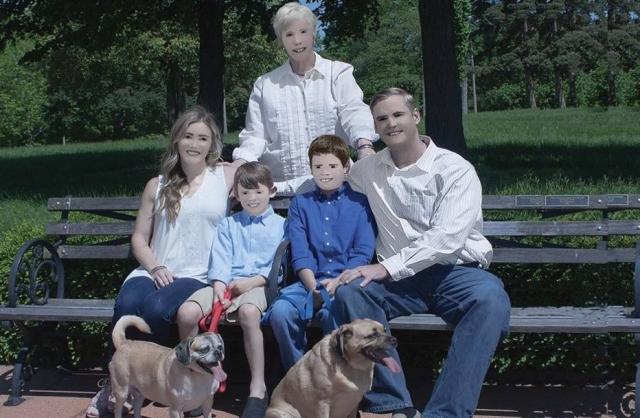 Fotógrafa exagera no Photoshop e faz álbum de família virar piada