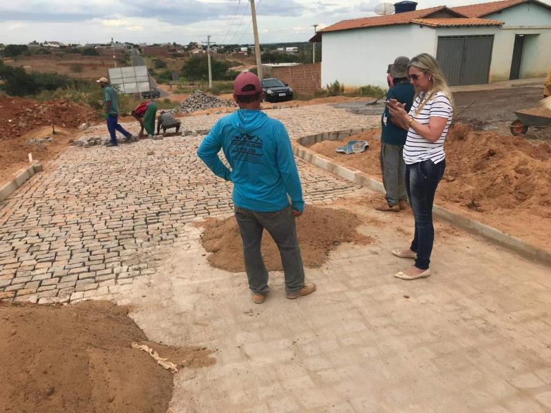 Prefeita de Malhada de Pedras acompanha andamento de obras no município