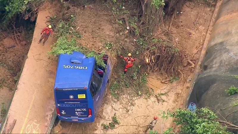 Chuva deixa 5 mortos, causa deslizamentos e quedas de árvores no Rio
