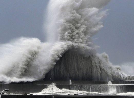 Japão enfrenta o tufão mais forte em 25 anos; veja fotos