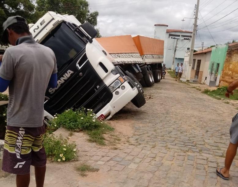 Carreta cai em canal pluvial após motorista tentar fazer manobra em Contendas do Sincorá