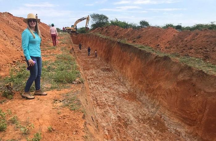 Malhada de Pedras: prefeita Terezinha Baleeiro acompanha e fiscaliza construção de canal para desvio das águas das chuvas em Campo Largo