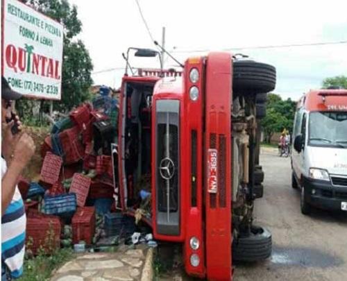 BA-148: caminhão carregado de manga tomba em Rio de Contas