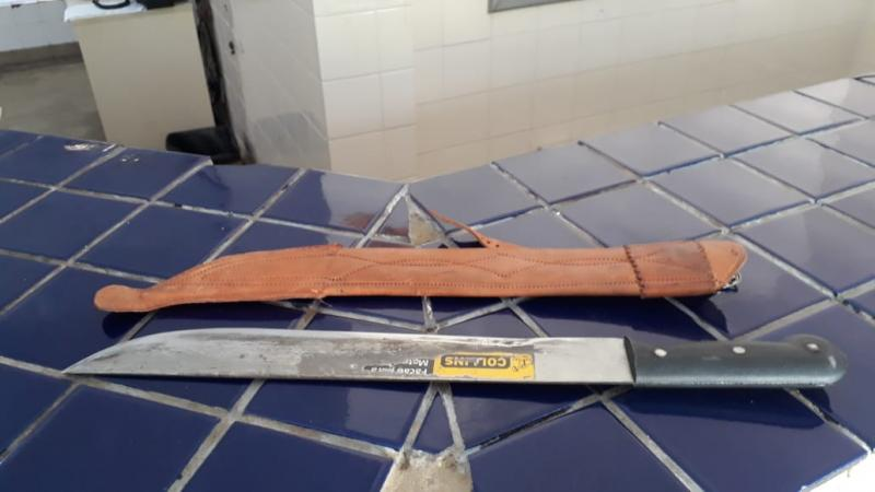 Homem é detido após ameaçar a mãe e irmã com um facão em Brumado