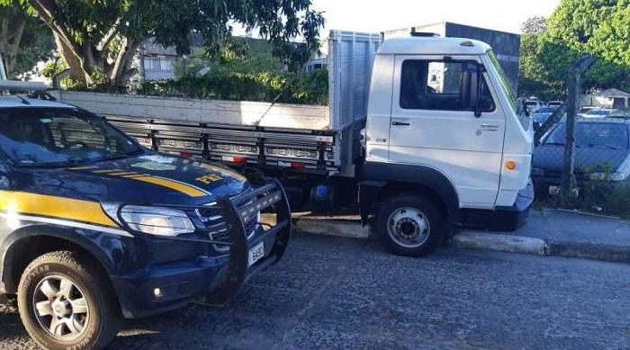 PRF apreende caminhão de carga adulterado na BR 324, em Feira de Santana