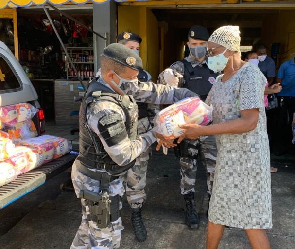 Mais de 30 mil cestas foram entregues pela polícia à famílias na Bahia em três meses de pandemia
