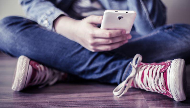 Tempo gasto com celular preocupa adolescentes e pais, mostra pesquisa